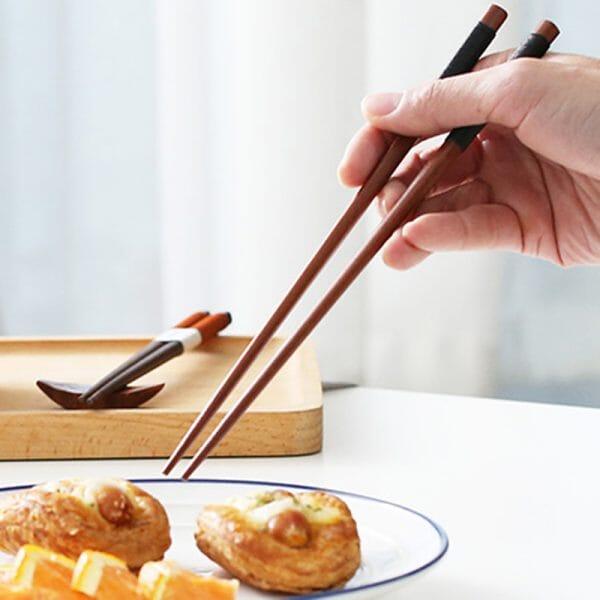 2 pairs of chopsticks
